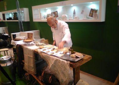 Joaquín Felipe elaborando tapas con el Sobao Pasiego