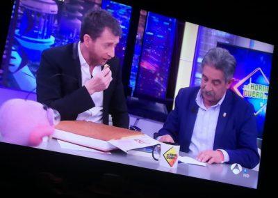 Pablo Motos disfrutando del sobao de 3 kg, junto a Miguel Ángel Revilla