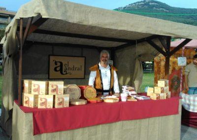 Asistiendo a la Feria de Alimentación de temática medieval en Santoña
